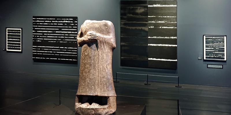 Musée Soulages, statue du Prince de Gudea et tableaux de Soulages