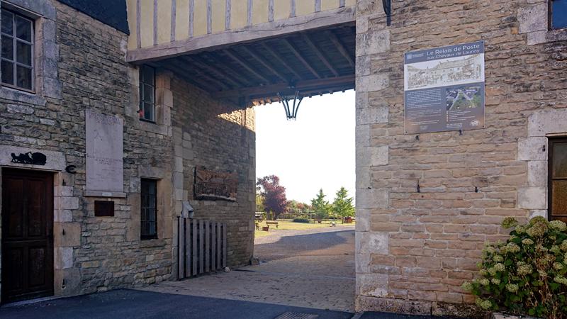 Entrée du relais de poste de Launois-sur-Vence